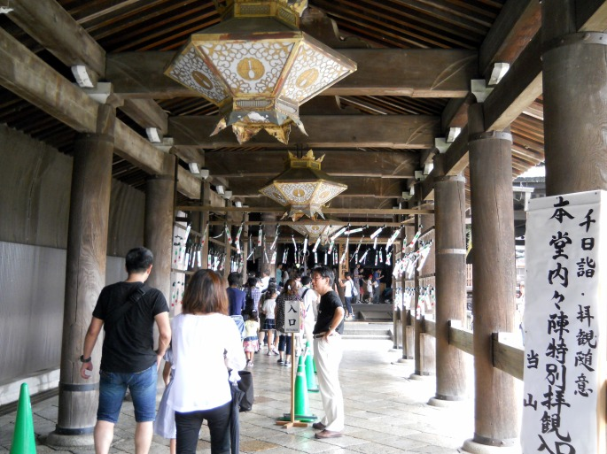 排隊入本堂走一圈,跟日本大部分的景點一樣,需要脫鞋內進。